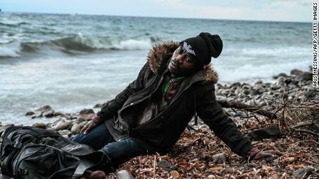 یونان میں سیاستدانوں نے یہ وائرس بند مہاجر کیمپوں کا جواز پیش کرنے کے لئے استعمال کیا ہے ، جبکہ اٹلی میں ، اپوزیشن کے شخصیات نے وبائی امراض کے دوران حکومت کو شکست دینے کے لئے مہاجرین کی آمد کو استعمال کیا ہے۔
