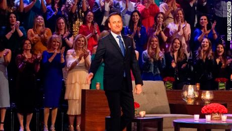 "Chris Harrison is the host of ""학사"" 인용�� 판매권."