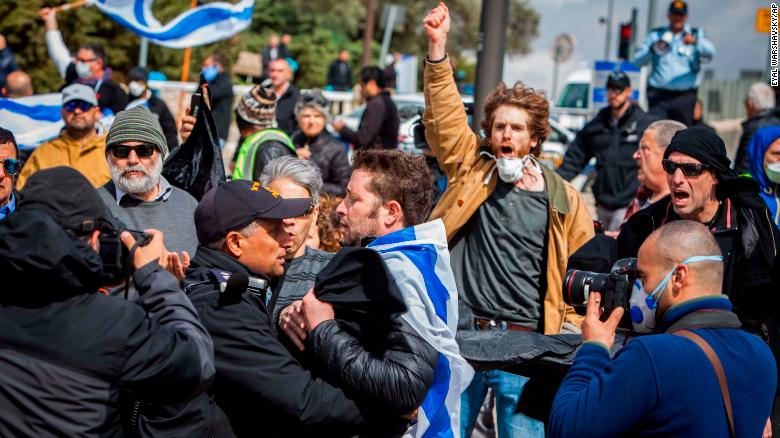 Người biểu tình tụ tập bên ngoài Knesset hôm thứ Năm.