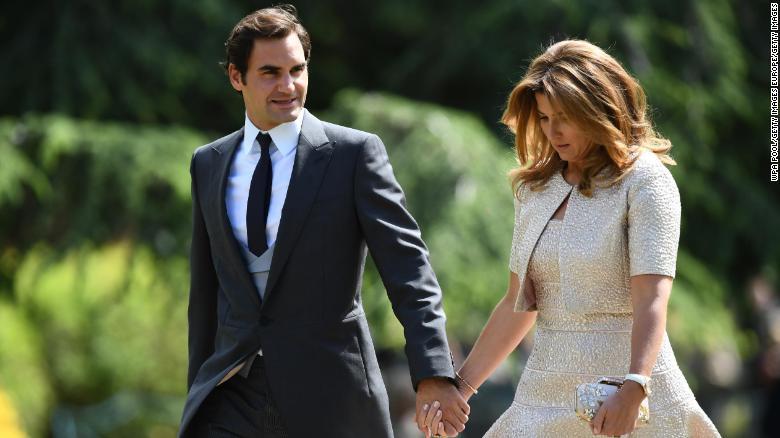 Federer và vợ Mirka tuyên bố tuần trước họ đã quyên góp 1 triệu Franc Thụy Sĩ (1,02 triệu đô la) để giúp đỡ các gia đình dễ bị tổn thương nhất ở Thụy Sĩ bị ảnh hưởng bởi đại dịch coronavirus.