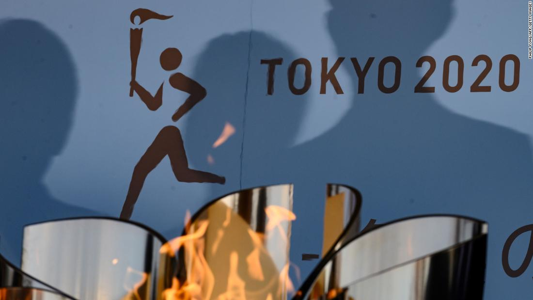 "The Olympic flame is displayed in Iwaki, Giappone, a marzo 25, a day after the 2020 Tokyo Games <a href =""https://edition.cnn.com/2020/03/24/sport/olympics-postponement-tokyo-2020-spt-intl/index.html"" target =""_blank&ampquott;>were postponed.</un>"