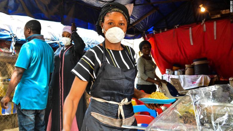 Một người bán thực phẩm ở Abuja, thủ đô của Nigeria nói với CNN rằng cô không thể ở nhà. Hình ảnh của Osaze Efe.