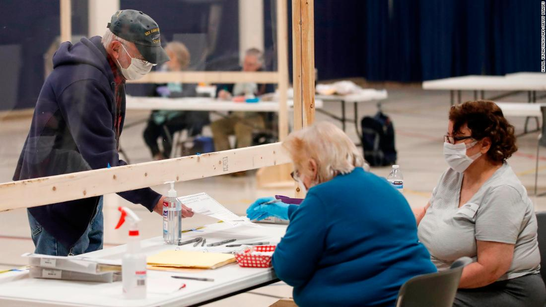 "A voter checks in to cast a ballot in Kenosha, Wisconsin, in aprile 7. The state was going through with <a href =""https://www.cnn.com/2020/04/07/politics/wisconsin-primary-coronavirus/index.html"" target =""_blank&ampquott;>its presidential primary</un> nonostante la pandemia."