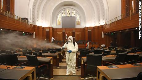 Pe 10 martie, angajații medicali dezinfectează birourile și scaunele Parlamentului libanez.