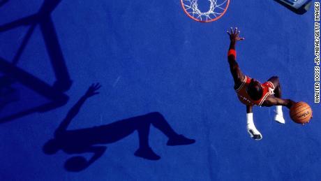 Michael Jordan # 23 des Chicago Bulls pose pour un portrait à Chicago, Illinois pendant la saison NBA 1986.