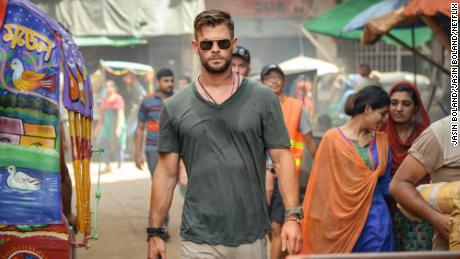 Chris Hemsworth kills a lot more than time in Netflix'에스 'Extraction'