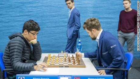Firouzja (L) împotriva lui Carlsen în etapa a noua a turneului de șah Tata Steel de la Wijk aan Zee, Olanda.