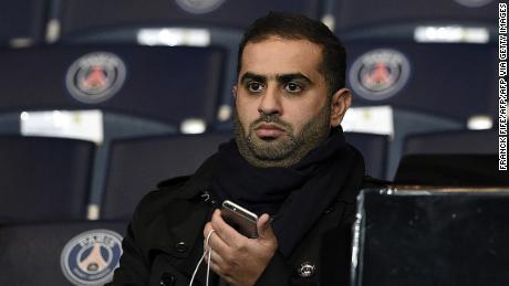 Yousef al-Obaidly asiste al partido de grupo de la Liga de Campeones entre el PSG y Shakhtar Donetsk en 2015.