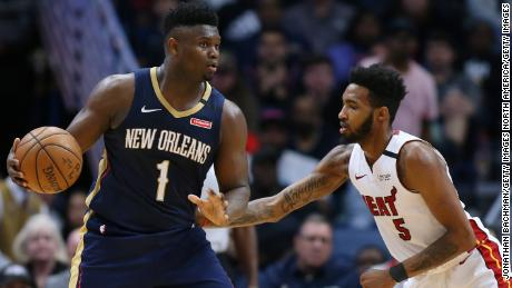 Williamson affronte Derrick Jones Jr. du Miami Heat.