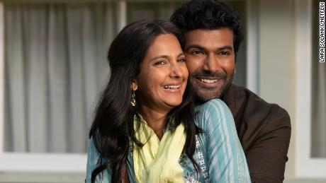 Devi's parents are played by Poorna Jagannathan as Nalini Vishwakumar and Sendhil Ramamurthy as Mohan Vishwakumar.