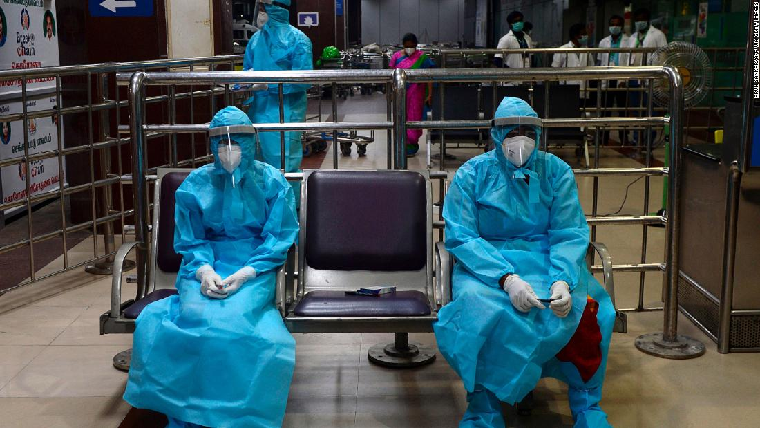 Health-care workers wait for citizens to arrive at the Anna International Airport in Chennai, India, a Maggio 9. People were arriving in Chennai from Dubai, Emirati Arabi Uniti.