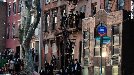 Los dolientes se reúnen para el funeral de un rabino en Brooklyn el mes pasado.