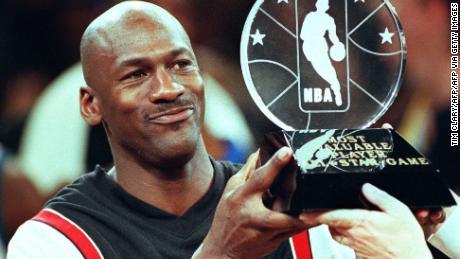 Chicago Bulls & # 39; Michael Jordan détient le trophée du joueur le plus utile.