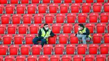 Los comisarios con máscaras protectoras se sientan en los puestos vacantes en el estadio local de Union Berlin, con todos los partidos de la Bundesliga hasta el final de la temporada jugando a puerta cerrada.