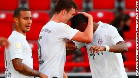Benjamin Pavarde abraza a David Alaba después de marcar el segundo gol del Bayern y asegurar el gol en la victoria por 2-0 sobre el Union Berlin.
