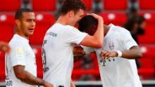 Benjamin Pavarde abraza a David Alaba después de anotar el segundo gol del Bayern y asegurar el gol en la victoria por 2-0 sobre Union Berlin.