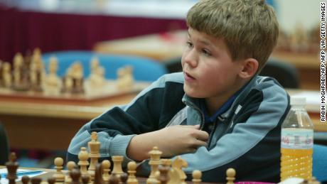 Carlsen a participat la turneul de șah din Dubai Open în 2004, la 13 ani.