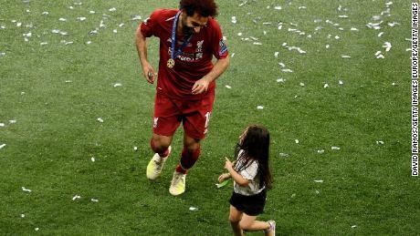 Salah sărbătorește cu fiica sa Makka după victoria echipei sale în finala UEFA Champions League.
