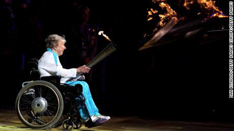 Margaret Maughan aprinde calderul paralimpic înainte de Jocurile de la Londra 2012.