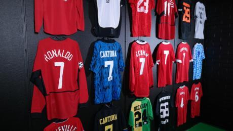 Celebrul tricou numărul șapte atârnă pe peretele muzeului.