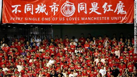 Suporterii se înveselesc în timpul meciului din Cupa Campionilor Internaționali dintre Tottenham și United pe stadionul Shanghai Hongkou din Shanghai, China, anul trecut.