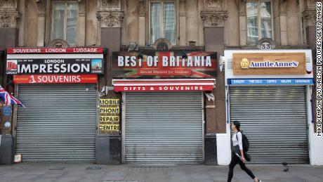 Obloanele sunt închise în magazinele turistice închise din Londra pe 12 mai.