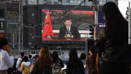 "A news program shows Chinese President Xi Jinping speaking via video link to the World Health Assembly, on a giant screen beside a street in Beijing on May 18, 2020. - China supports a ""comprehensive evaluation"" of the global response to the coronavirus pandemic after it ""has been brought under control&报价;, President Xi Jinping told the World Health Assembly on May 18. (Photo by GREG BAKER / 法新社) (Photo by GREG BAKER/AFP via Getty Images)"