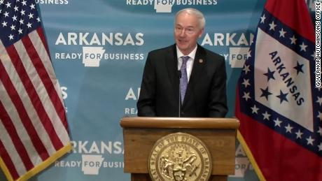 Arkansas & # 39;  Gobernador republicano veta proyecto de ley de salud anti-trans