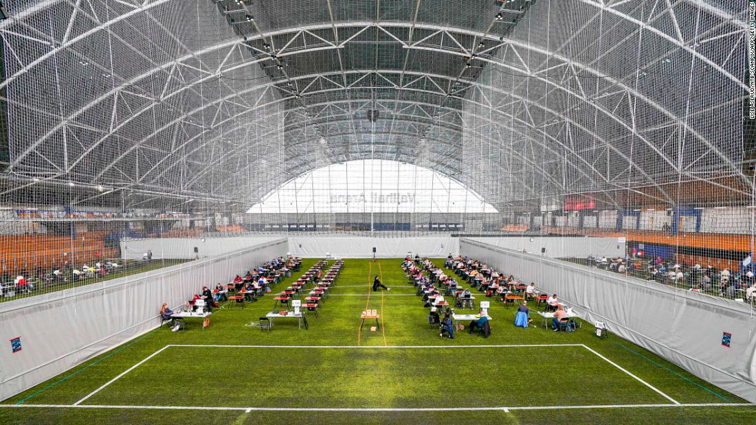Students take their spring exams at the Vallhall Sports Arena in Oslo, Norvegia, a Maggio 26.