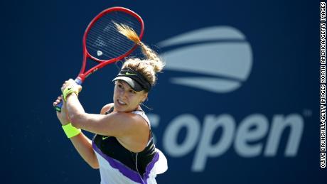 Bouchard întoarce mingea la Anastasija Sevastova în meciul lor feminin din primul tur de rundă din prima zi a US Open 2019.