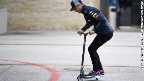 Daniel Ricciardo arată că este la fel de priceput în a face cu două roți.