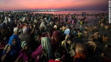 Hindușii se scaldă în Prayagraj, unde converg râurile Ganges, Yamuna și Sarasvati.