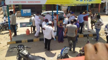 Voluntarii distribuie hrana către migranți pe drumul național 44.