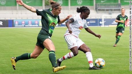 FC Koln's Eunice Beckmann (r) evades Wolfsburg's Anna Blässe.