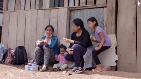 Ella fue con sus hijas cientos de kilómetros al Amazonas para escapar de Covid-19.