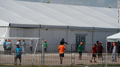جج کا فیصلہ ہے کہ سرکاری فیملی حراستی مراکز میں تارکین وطن بچوں کو کورون وائرس کی وجہ سے رہا کیا جانا چاہئے