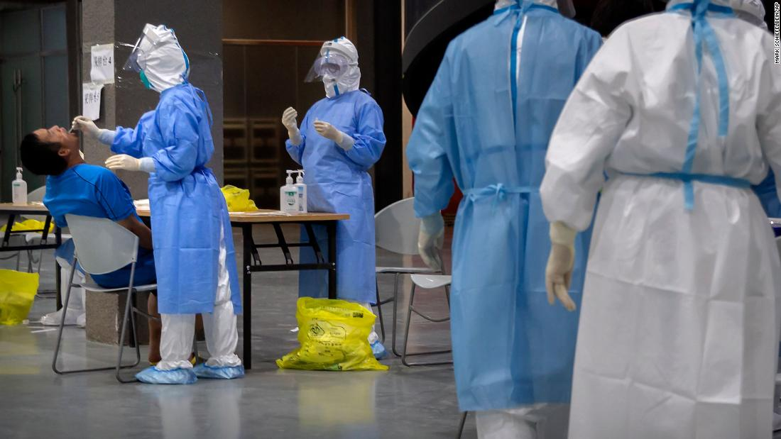 "A man has his throat swabbed June 17 at a Covid-19 testing site for those who were potentially exposed to the coronavirus at a wholesale food market in Beijing. Per 55 giorni, the Chinese capital had not reported any locally transmitted infections, ma <a href =""https://www.cnn.com/2020/06/18/asia/beijing-coronavirus-reminder-intl-hnk/index.html"" target =""_blank&ampquott;>a fresh cluster of coronavirus cases emerged</un> from a sprawling wholesale food market in the city, infecting more than 180 people as of June 19."