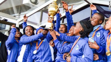 خواتین کی ٹیم کِک لائف ایف سی کی پہلی بڑی ٹرافی جیتنے کا جشن مناتی ہے۔