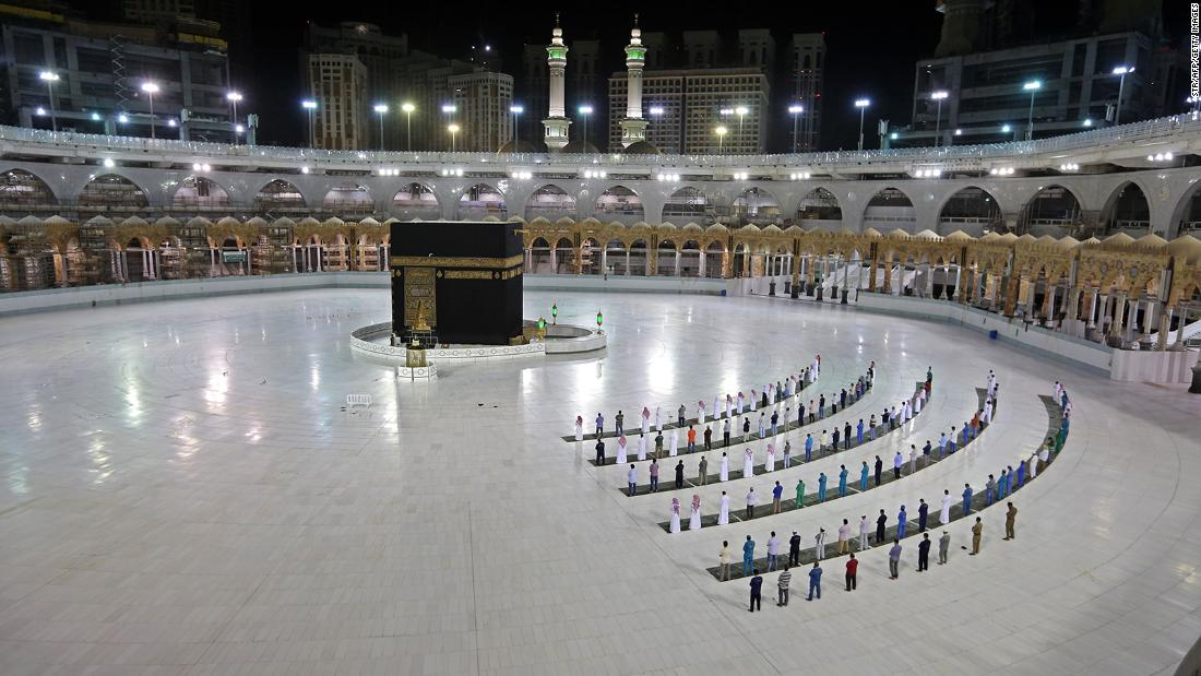 "People worship at the Kaaba, Islam's holiest shrine, at the Grand Mosque complex in Mecca, Arabia Saudita, a giugno 23. Saudi Arabia has announced it will hold a <a href =""https://www.cnn.com/2020/06/22/middleeast/hajj-pilgrimage-saudi-arabia-coronavirus-intl/index.html"" target =""_blank"">""very limited&ampquott; Hajj celebration</un> quest'anno."