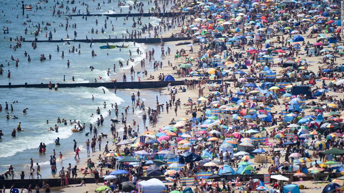 "A beach is slammed with people in Bournemouth, Inghilterra, during a heat wave on June 25. British Prime Minister Boris Johnson <a href=""https://www.cnn.com/2020/05/10/uk/uk-coronavirus-lockdown-boris-johnson-gbr-intl/index.html"" target=""_blank"">began easing coronavirus restrictions in May,</a> but people are still supposed to be distancing themselves from one another. After thousands flocked to beaches, officials in southern England <a href =""https://edition.cnn.com/travel/article/bournemouth-major-incident-beaches-scli-intl-gbr/index.html"" target =""_blank"">declared a ""major incident.&ampquott;</un>"