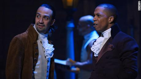 """Lin-Manuel Miranda, izquierda, y Leslie Odom, Jr. en """"Hamilton"""" en Disney +."""