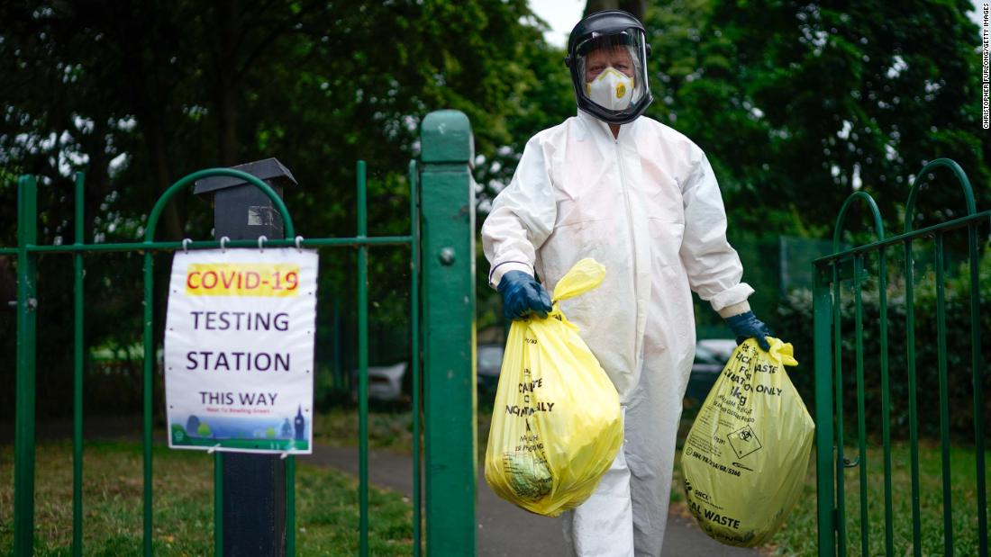 "A city council worker carries trash from a coronavirus testing center in Leicester, Inghilterra, a giugno 29. Schools and stores in the city of Leicester were closing again, con <a href =""https://www.cnn.com/world/live-news/coronavirus-pandemic-06-30-20-intl/h_64a41a8d1320704c23448d991d0492d2"" target =""_blank&ampquott;>some restrictions being reimposed</un> because of its high infection rate."