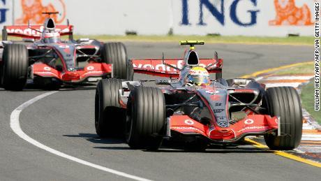 Lewis Hamilton (R) lidera a su compañero de equipo Fernando Alonso durante el Gran Premio de Australia en Melbourne, el 18 de marzo de 2007.