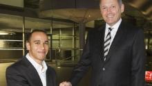 Hamilton se unió al programa de desarrollo de jóvenes pilotos de McLaren en 1998 y firmó con el equipo de F1 en 2007. Aquí se le muestra con el exjefe de McLaren, Ron Dennis.
