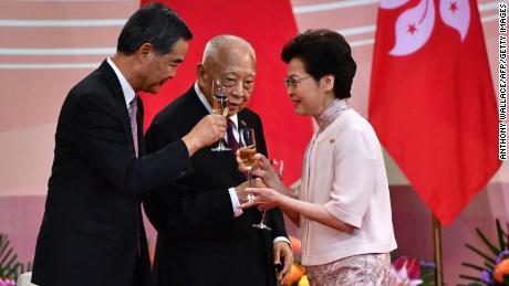 Kepala Eksekutif Hong Kong Carrie Lam (kanan) bersulang dengan mantan pemimpin Tung Chee-hwa (tengah) dan Leung Chun-ying (kiri) menyusul upacara untuk memperingati 23 tahun penyerahan Hong Kong pada 1 Juli 2020.