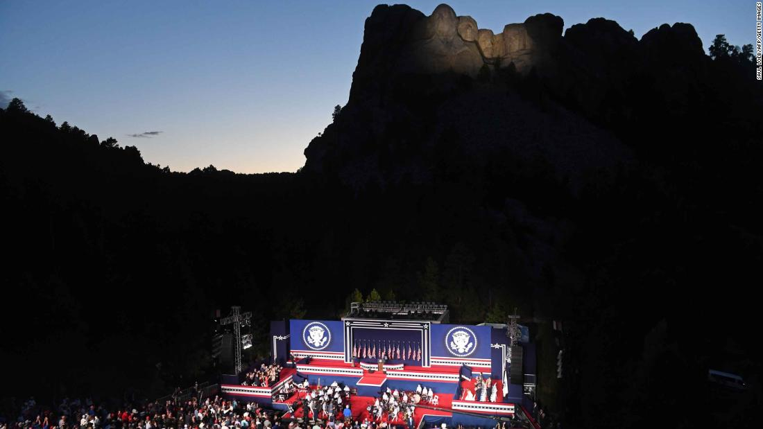 "US President Donald Trump speaks at the Mount Rushmore National Memorial in Keystone, Sud Dakota, a luglio 3. Social distancing was not observed at the Independence Day celebration, dove <a href =""https://www.cnn.com/2020/07/05/politics/donald-trump-july-4-coronavirus/index.html"" target =""_blank"">Trump claimed that 99% of coronavirus cases in America are ""totally harmless.&ampquott;</un>"