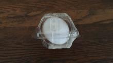 Un ou fiert tare dintr-un magazin convenabil este protejat în ambalaje din plastic.