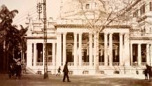 Un birou HSBC reprezentat în Hong Kong, în jurul anului 1903. Facilitatea a fost construită în 1886 cu un portic și o cupolă octogonală.