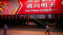 Un banner mare atârna la intrarea HSBC pe 30 iunie 1997, cu o zi înainte de transferul din Marea Britanie către China în Hong Kong.