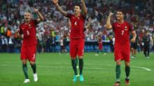 Pepe (stânga), Jose Fonte și Cristiano Ronaldo (dreapta) sărbătoresc victoria asupra Poloniei în sferturile de finală ale Euro 2016.